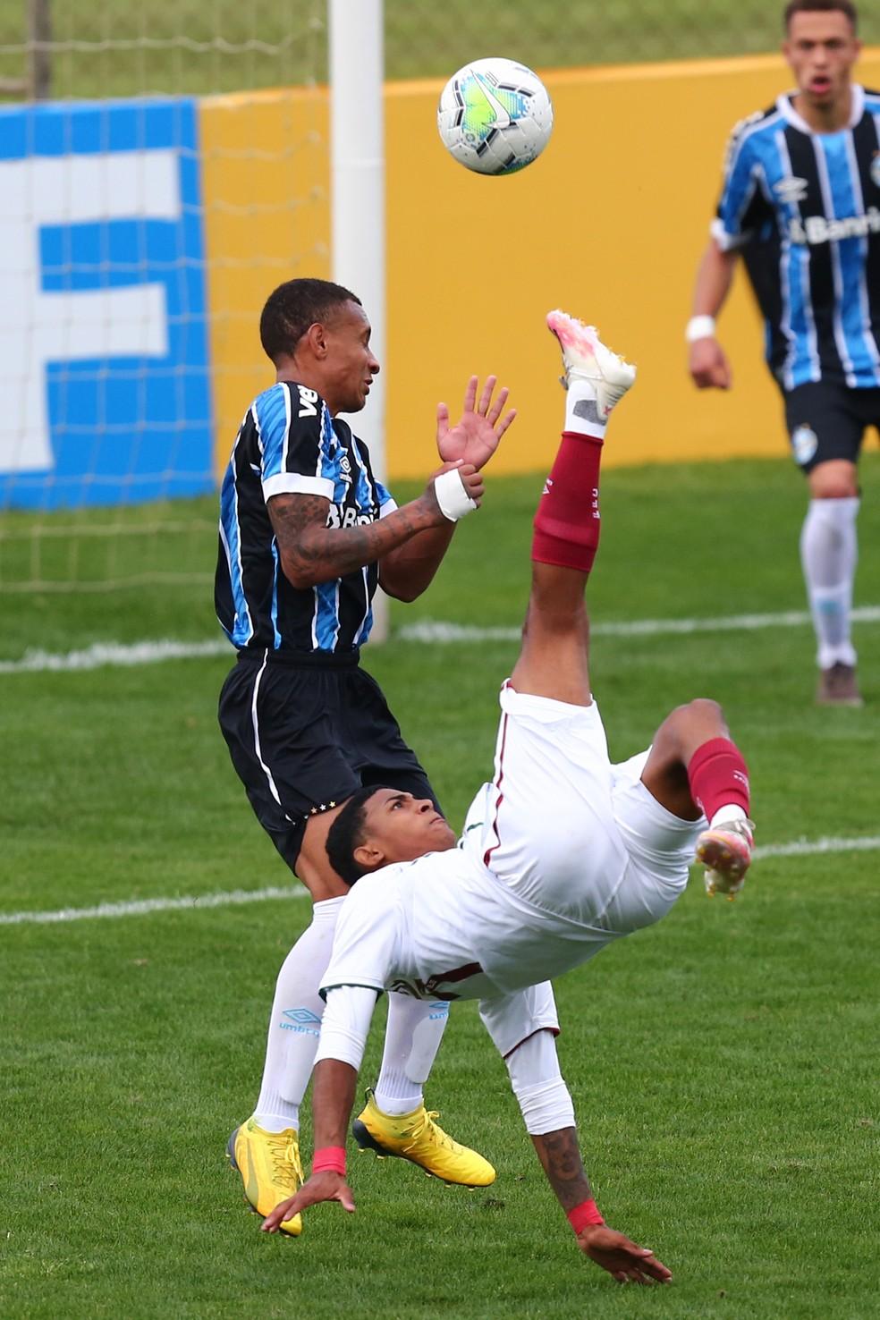 John Kennedy arrisca bicicleta em Grêmio x Fluminense pelo Brasileiro Sub-20 — Foto: Agência Estado