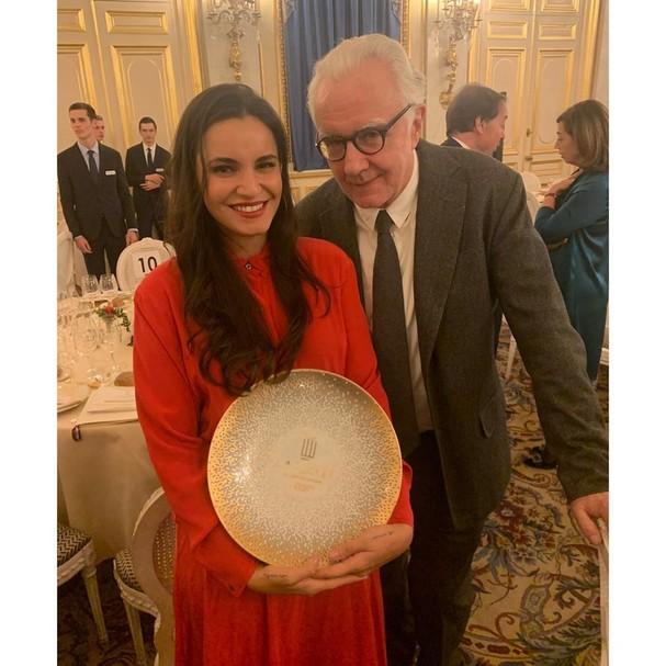 Renata Vanzetto e Alain Ducasse durante premiação em Paris (Foto: Reprodução/Instagram)