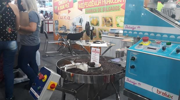 A máquina da Luna Bralyx, é capaz de enrolar docinhos de festa (Foto: Sabrina Bezerra)