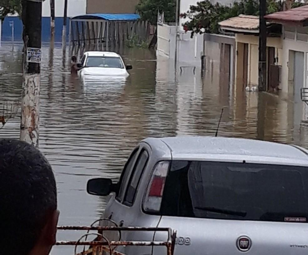 Carro de Carlos (branco) foi inundado por água da chuva após temporal em Salvador — Foto: Carlos Oliveira/ Arquivo Pessoal