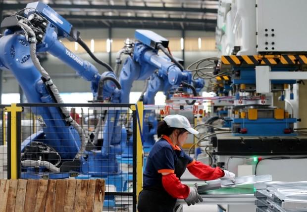Funcionária trabalha em fábrica em Huaibei, na China - automação - indústria 4.0 - tecnologia (Foto: REUTERS/Stringer)