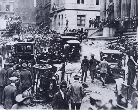 O local do atentado, após a explosão que deixou 38 mortos em Wall Street, em 1920