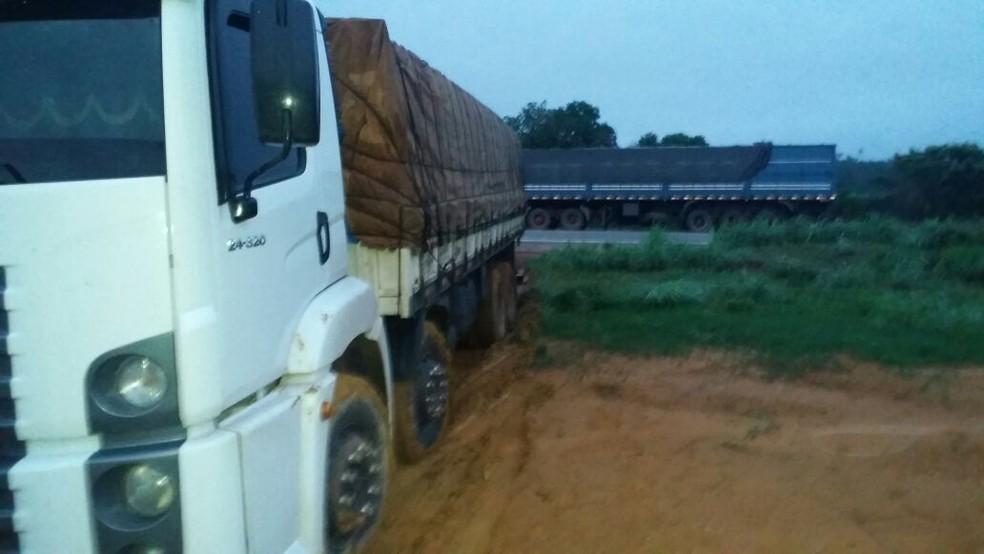 Na madrugada de sexta (9), a Polícia Rodoviária Federal apreendeu dois caminhões com madeira ilegal na BR-010. (Foto: Divulgação / PRF)