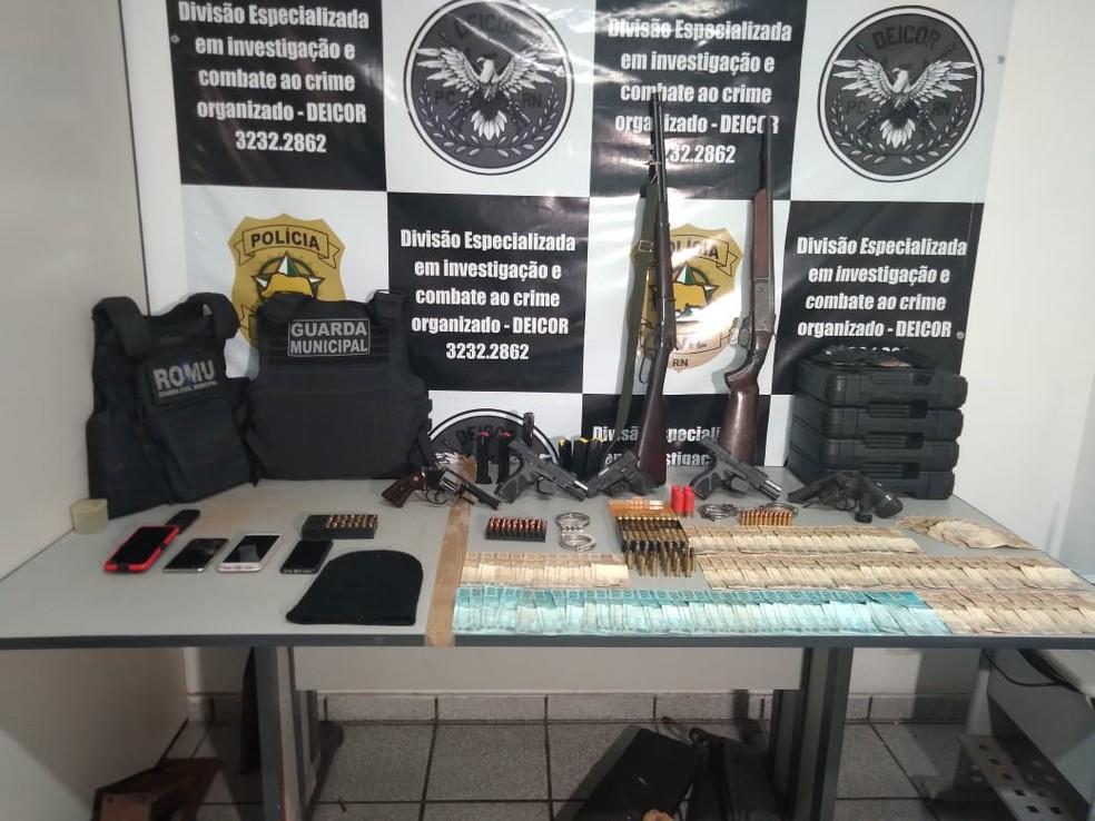 Polícia prende 6 pessoas e apreende armas e munições em operação para desarticular milícia no interior do RN  — Foto: Juliane Barreto/Inter TV Cabugi