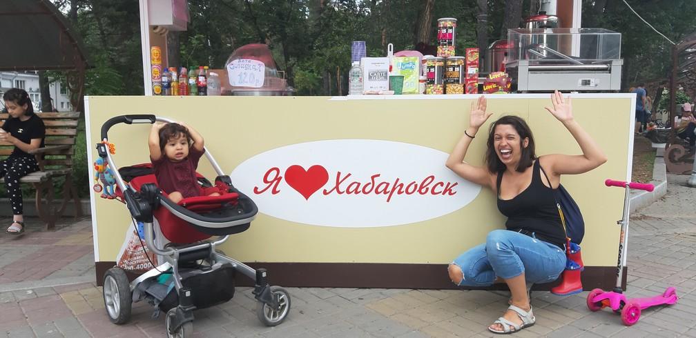 Gabriela e Olívia em Khabarovsk, na Rússia. — Foto: Arquivo pessoal/Gabriela Antunes