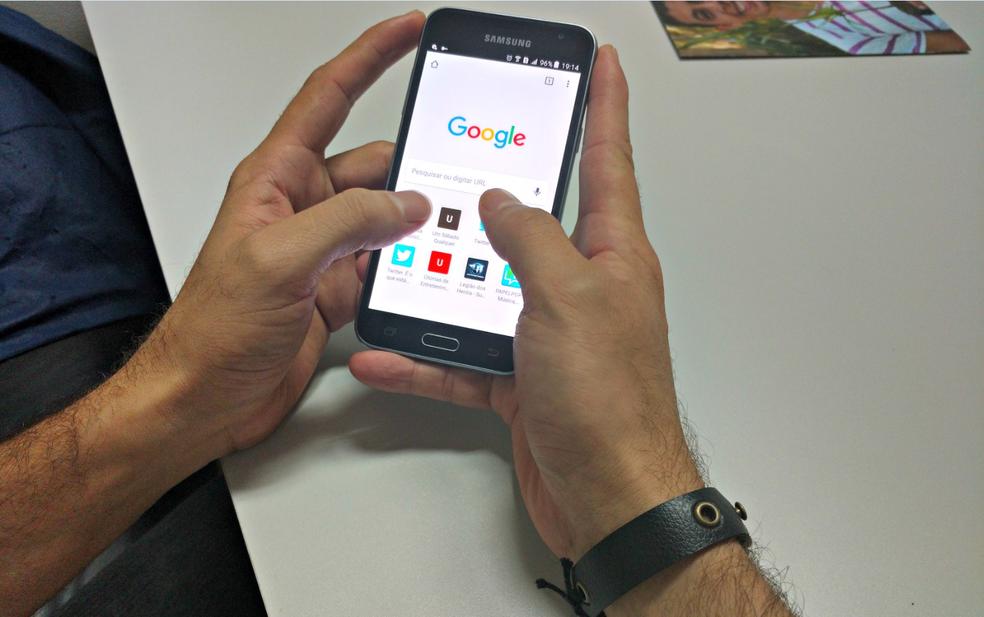 Celular é o principal meio de acesso nas casas que possuem serviço de internet — Foto: Caio Fulgêncio/G1