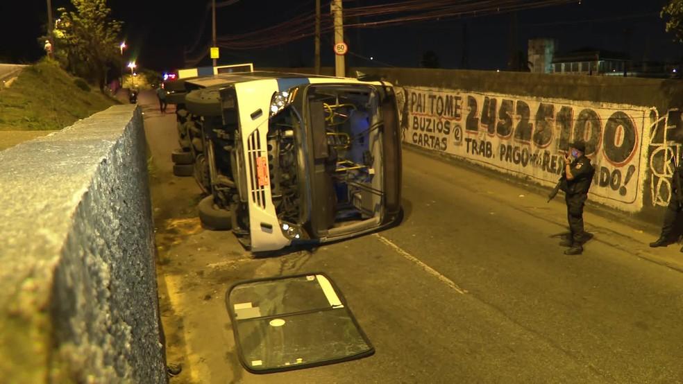 Ônibus caiu de viaduto em Deodoro, na Zona Oeste do Rio — Foto: Reprodução/ TV Globo