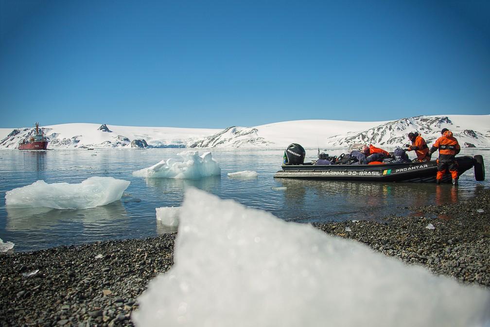 Pesquisadores da UnB embarcam rumo à à ilha Deception, na Antártica, em janeiro de 2018  (Foto: Marcelo Jatobá/UnB)