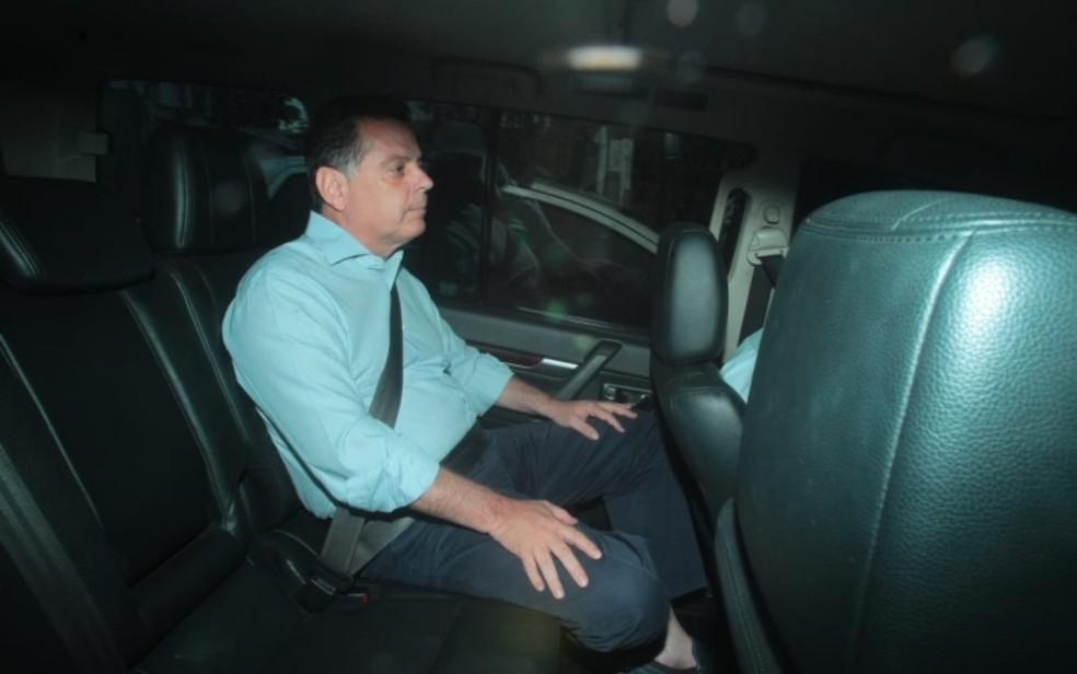 Marconi Perillo (PSDB) deixa sede da Polícia Federal após passar a noite preso em sala da corporação em Goiânia — Foto: Douglas Schinatto/O Popular