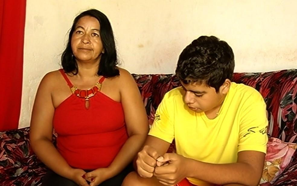 Indignada, mãe do adolescente procurou a polícia e registrou uma ocorrência (Foto: TV Anhanguera/Reprodução)