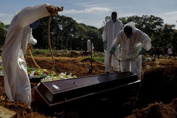 Movimentação de sepultamentos de vitimas decorrentes da COVID-19 no cemitério de Vila Formosa, zona leste da cidade de São Paulo na manhã desta quarta-feira 24 — Foto: SUAMY BEYDOUN/AGIF - AGÊNCIA DE FOTOGRAFIA/ESTADÃO CONTEÚDO
