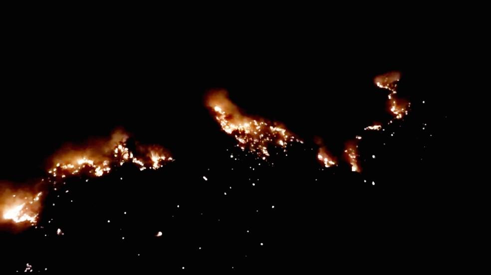 Imagem de drone mostra as chamas na região próxima da Serra do Lima, em Patu — Foto: Redes Sociais