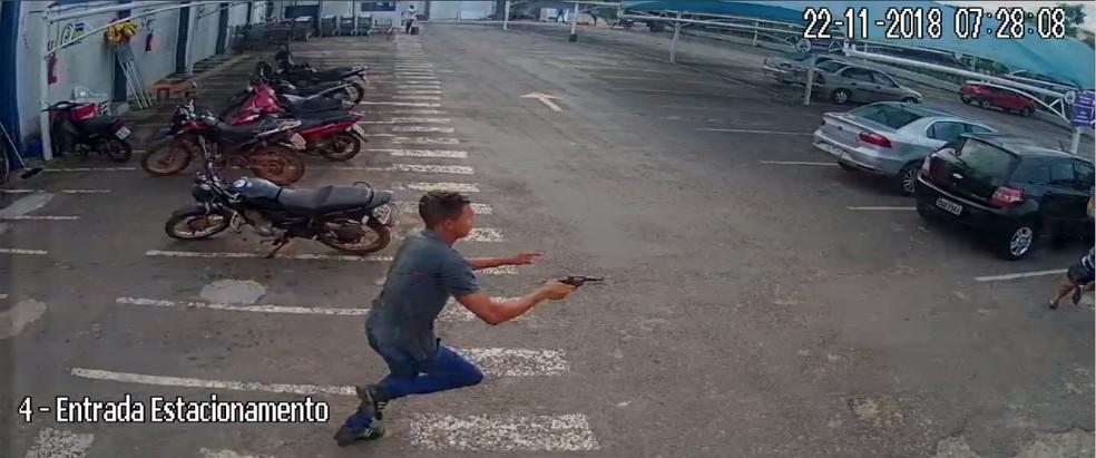Câmera registrou suspeito atirando contra homem em estacionamento — Foto: Reprodução