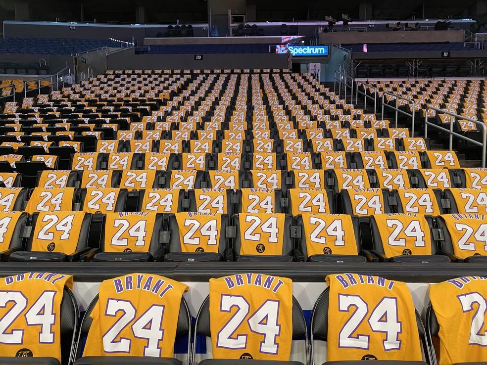 Camisas de número 24 nos assentos do Staple Center, em homenagem a Kobe Bryant — Foto: Sandy Hooper-USA TODAY Sports/Reuters