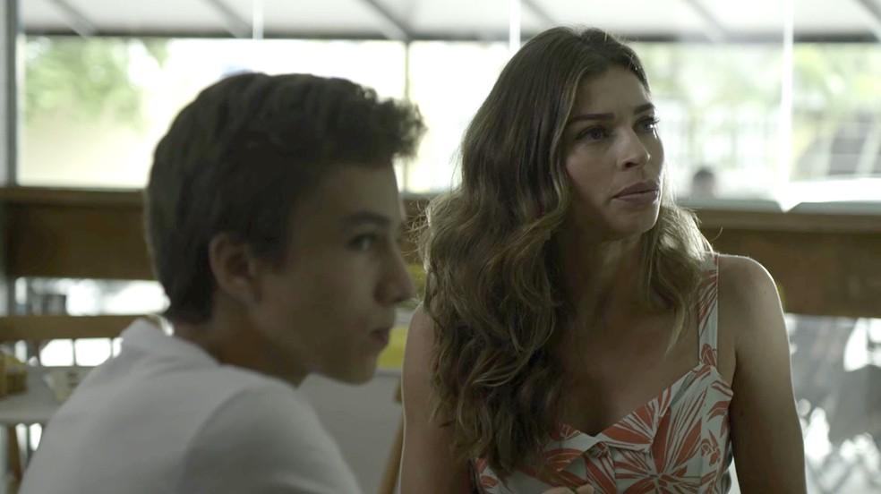 Lvia no gosta quando Tomaz convida Clara e Renato para sentarem com eles Foto TV Globo