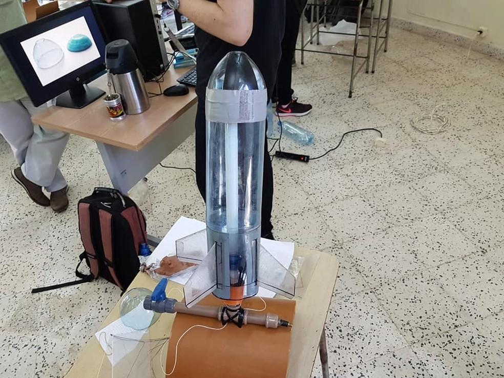 Em uma das atividades práticas, os estudantes têm que construir foguetes de garrafas PET  — Foto: Julio Klafke/Divulgação