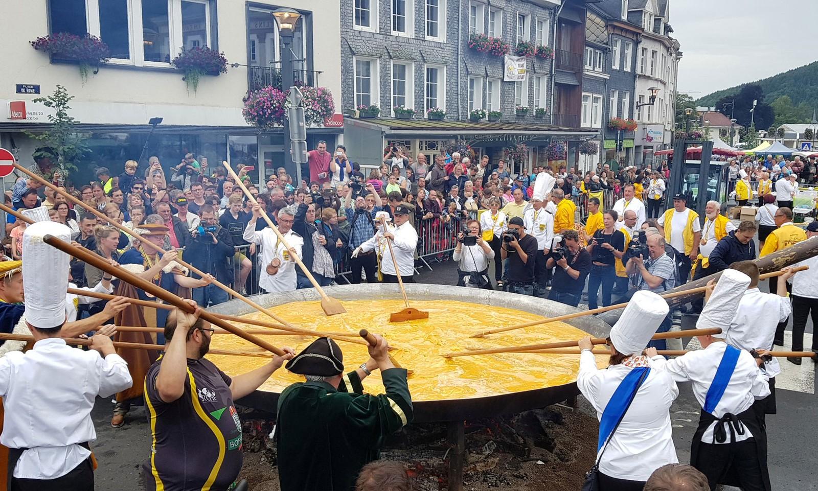 A cidade da Bélgica que faz omelete com 10 mil ovos