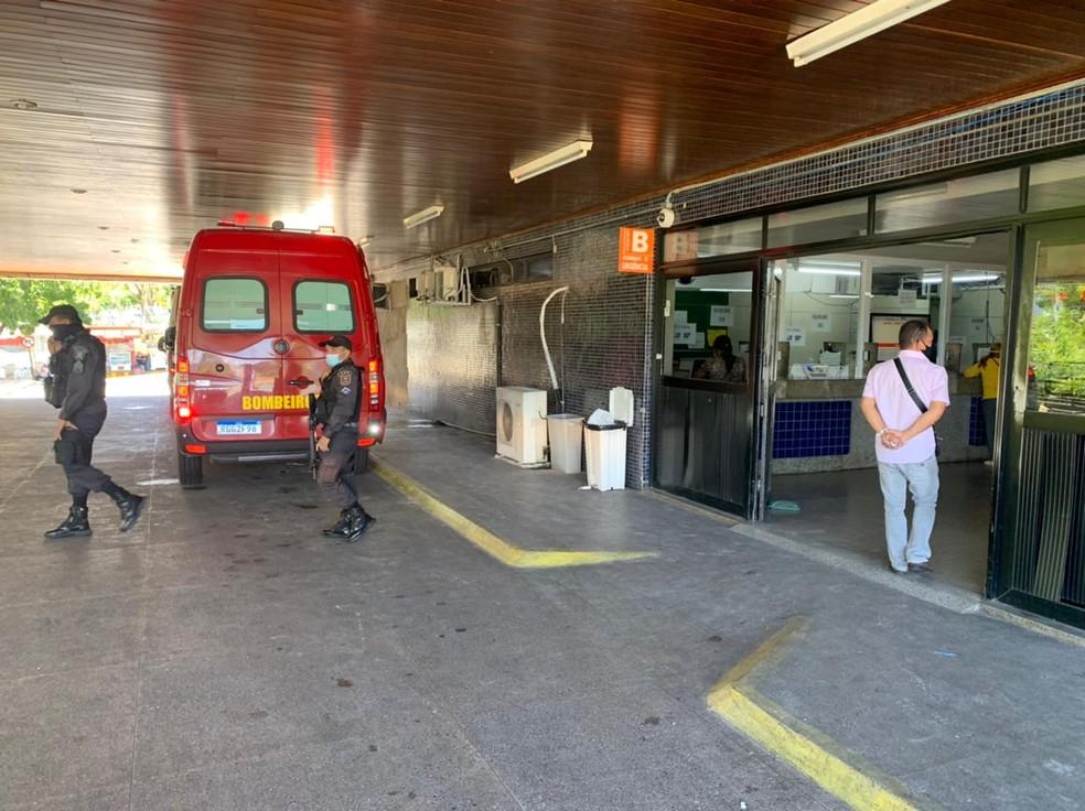 O homem e a mulher baleados no Alecrim foram levados para o Hospital Walfredo Gurgel — Foto: Anna Alyne Cunha/Inter TV Cabugi
