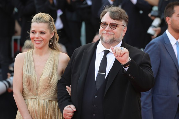 VENICE, ITALY - AUGUST 29:  President of the Venezia 75 competition Jury, director Guillermo del Toro (R) and screenwriter Kim Morgan walk the red carpet ahead of the opening ceremony and the 'First Man' screening during the 75th Venice Film Festival at S (Foto: Getty Images)