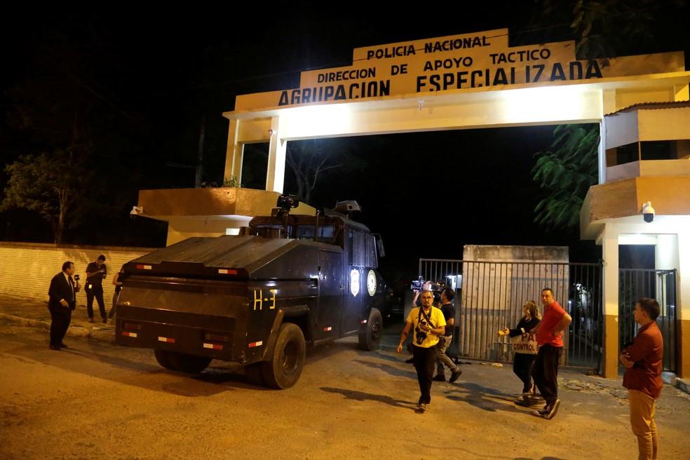 Imagem da fachada da prisão onde o ex-jogador Ronaldinho Gaúcho passou a noite, em 7 de março de 2020 — Foto: Jorge Adorno/Reuters