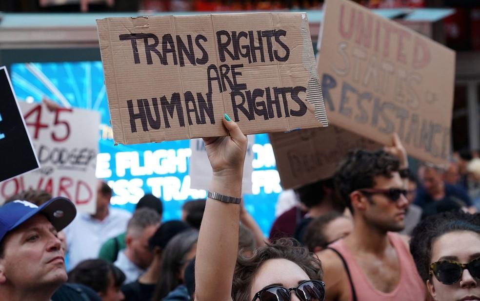 Manifestantes protestam em Nova York contra decisão de Trump de proibir transgêneros nas Forças Armadas, em 26 de julho (Foto: Reuters/Carlo Allegri)