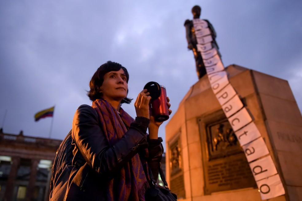 Mulher protesta em frente ao Congresso da Colômbia pela aprovação da Jurisdição Especial para a Paz (JEP) (Foto: Raul Arboleda/AFP)