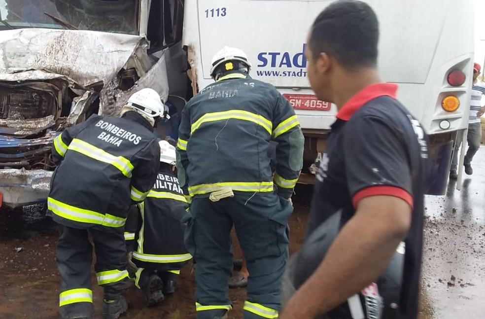 Acidente entre ônibus e caminhão carregado de canos de tubulação na BR-242 — Foto: Adê Cerrado/Cerrado em foco