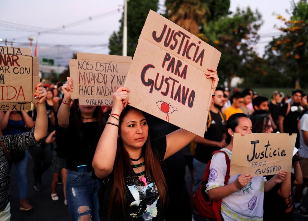 Manifestante ergue cartaz escrito 'Justiça para Gustavo' em protesto em 10 de novembro de 2019 — Foto: Jorge Silva/Reuters/Arquivo