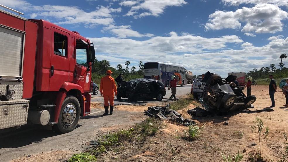 Os dois veículos envolvidos no acidente da BR-222, em Caucaia ficaram destruídos. — Foto: Paulo Sadat/Sistema Verdes Mares