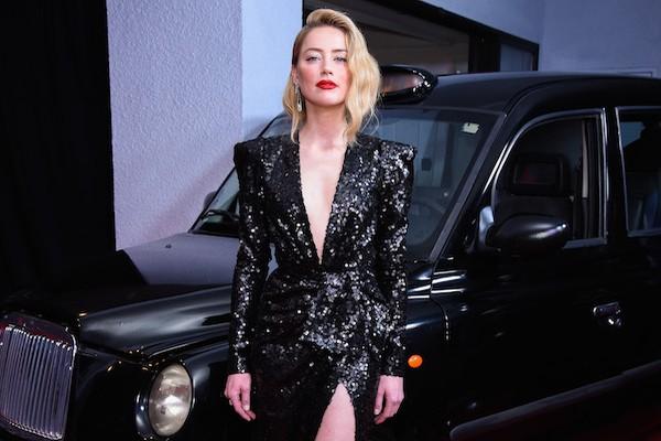 A atriz Amber Heard no red carpet do lançamento do drama policial London Fields (Foto: Getty Images)