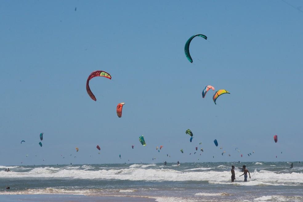 Mais de 50 kites estavam no mar da Praia do Futuro neste sábado (1º) — Foto: Fabiane de Paula/SVM