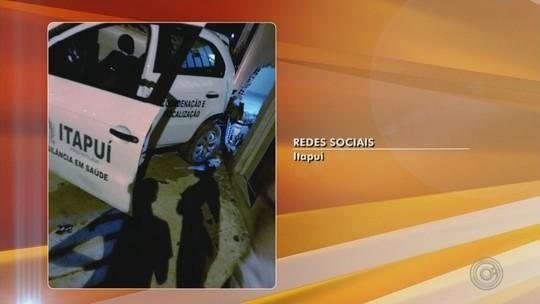 Carro oficial da Prefeitura de Itapuí se envolve em acidente e atinge muro de casa