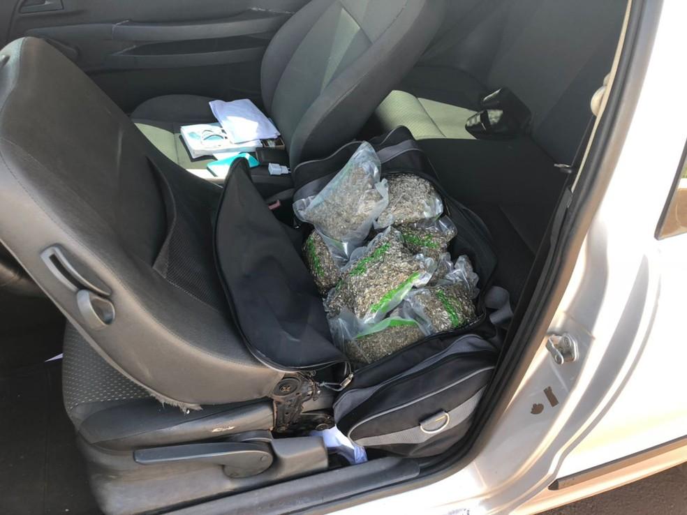 Maconha embalada a vácuo estava dentro de bolsas de viagem (Foto: PMR/Divulgação)