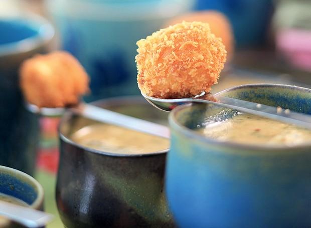 Caldo de missô com pinhão e tofu empanado na colher (Foto:  )