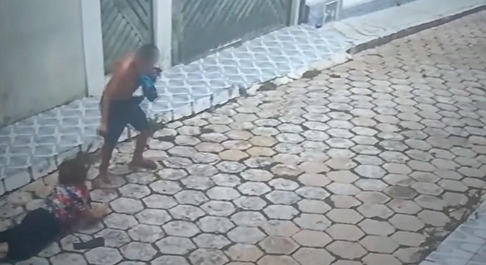 Homem rouba bolsa de idosa em Itapetininga — Foto: Reprodução/Câmeras de Segurança
