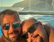 """Tiago Abravanel curte piscina com o marido, Fernando Poli: """"Amor"""""""