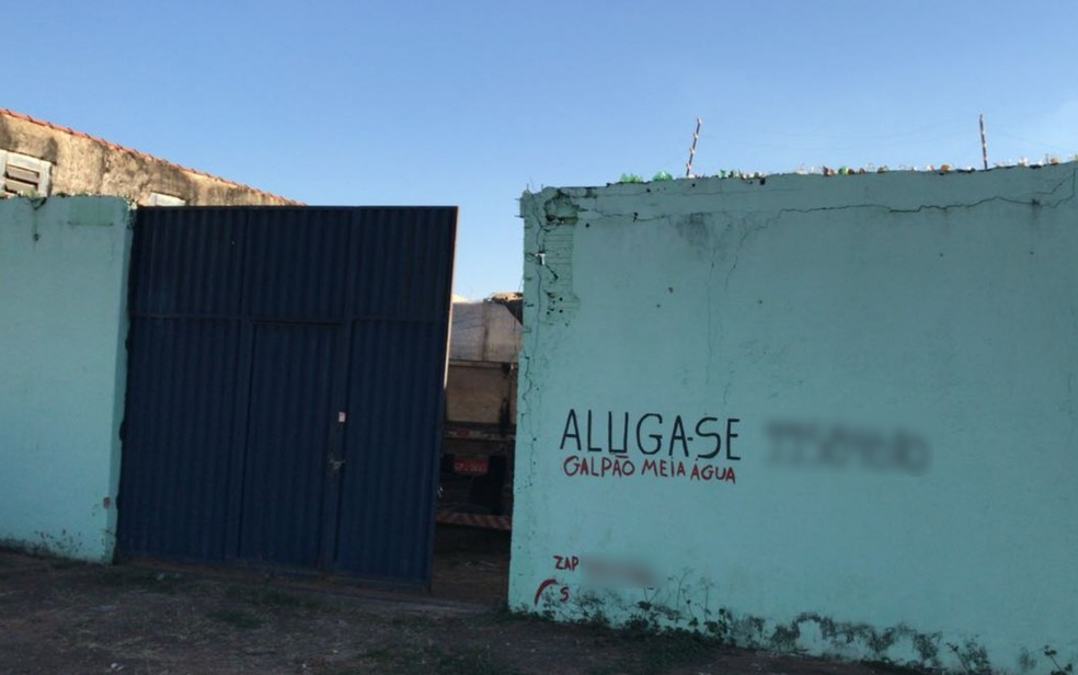 Grupo suspeito de roubo de carga é preso no momento em que armazenava mercadoria em galpão, em Goiânia, Goiás (Foto: Polícia Civil/ Divulgação)
