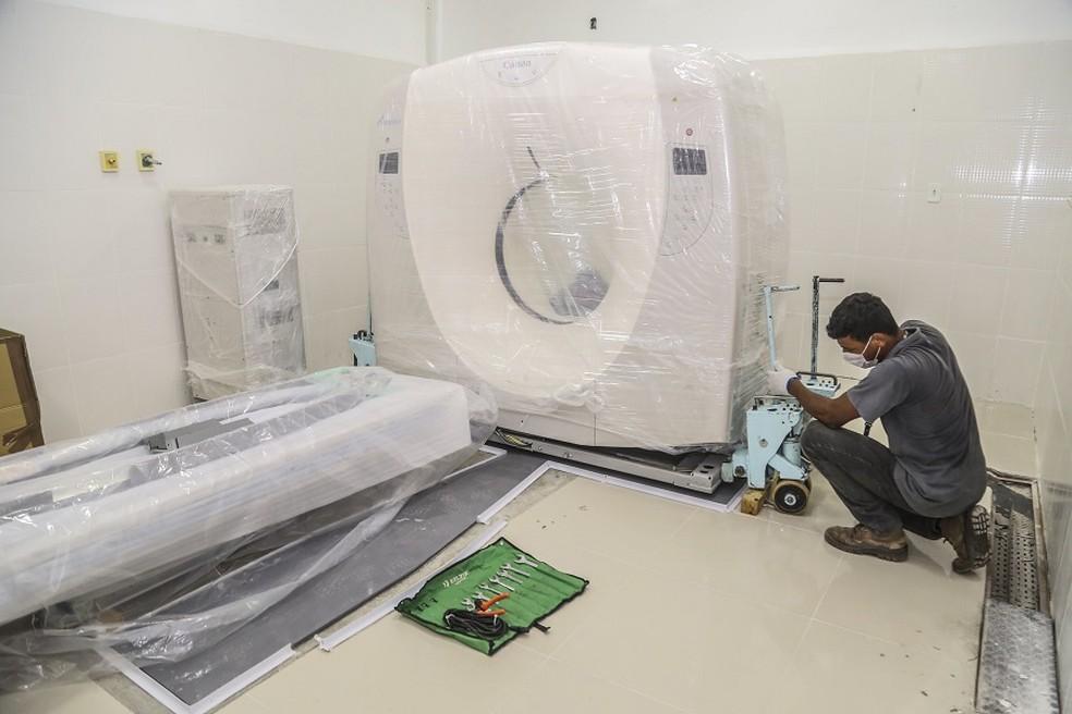 Profissional inicia processo de instalação de tomógrafo em hospital de Macapá — Foto: José Baía/GEA