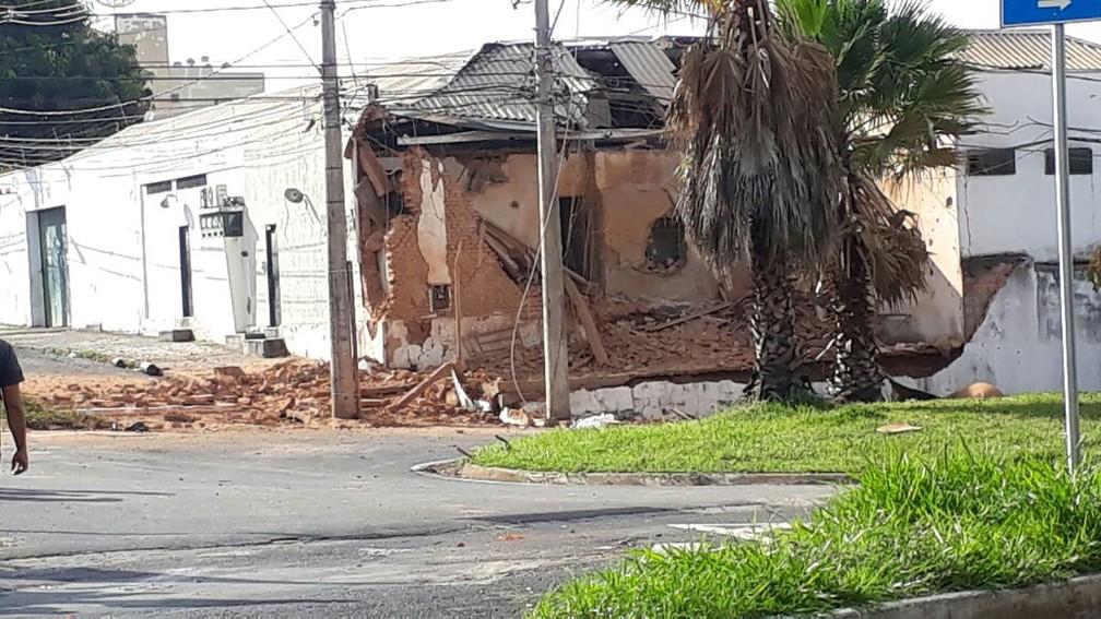 Parte da sede da Rodoban em Uberaba ficou destruída após ação dos criminosos (Foto: Bruno Sousa/G1)