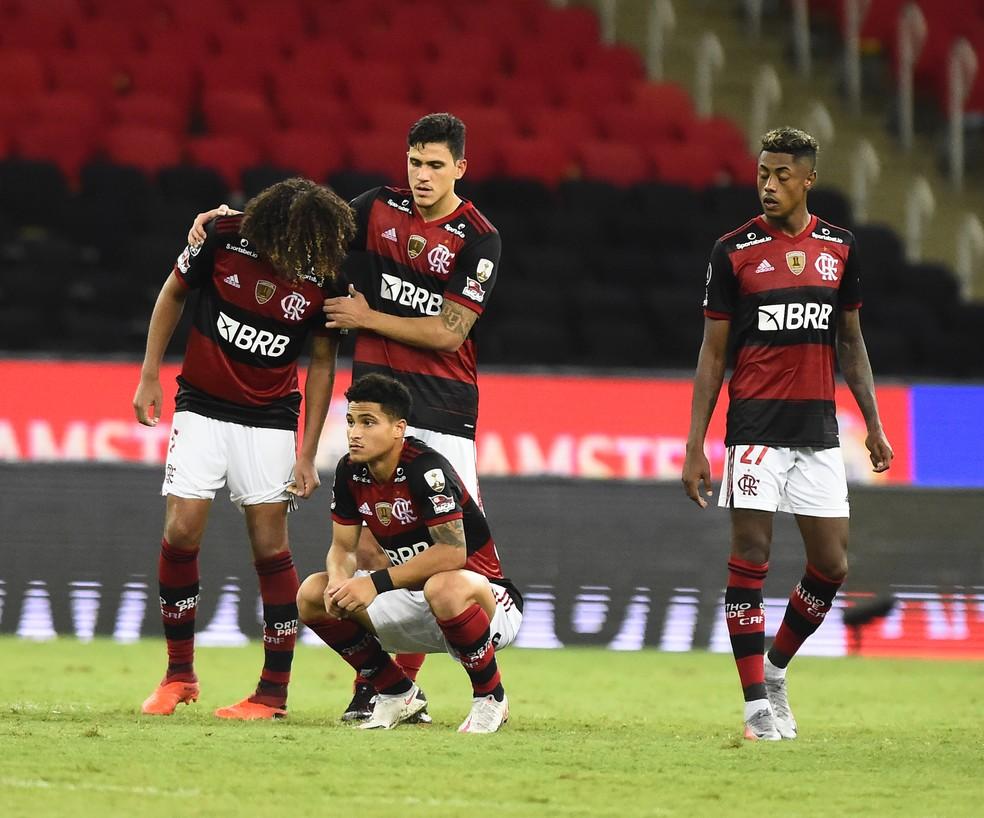 Jogadores do Flamengo desolados após a eliminação — Foto: André Durão
