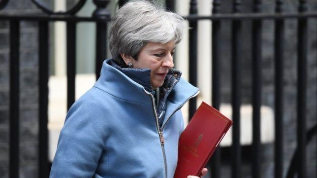 Nesta quarta-feira, primeira-ministra britânica, Theresa May, prometeu que vai renunciar ao cargo se parlamentares de seu partido apoiarem sua versão do acordo. (Foto: Getty Images via BBC News Brasil)