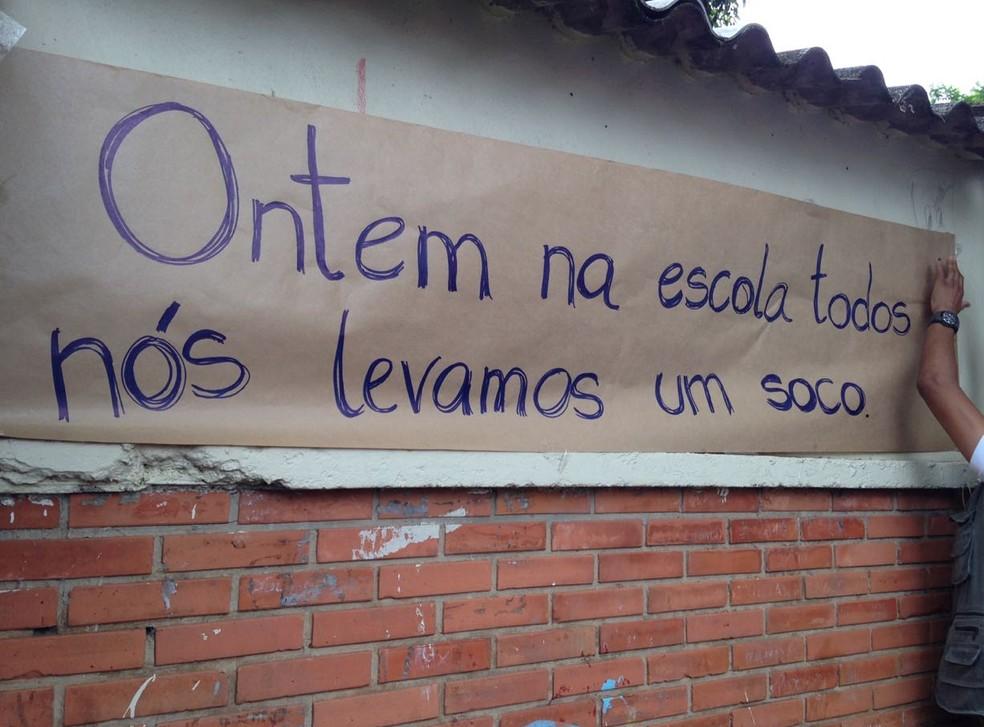 Cartazes feitos pelos alunos — Foto: Josmar Leite/RBS TV