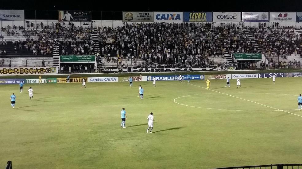 Frasqueirão recebeu um público de 3.231 torcedores no jogo entre ABC e Paysandu (Foto: Jocaff Souza/GloboEsporte.com)