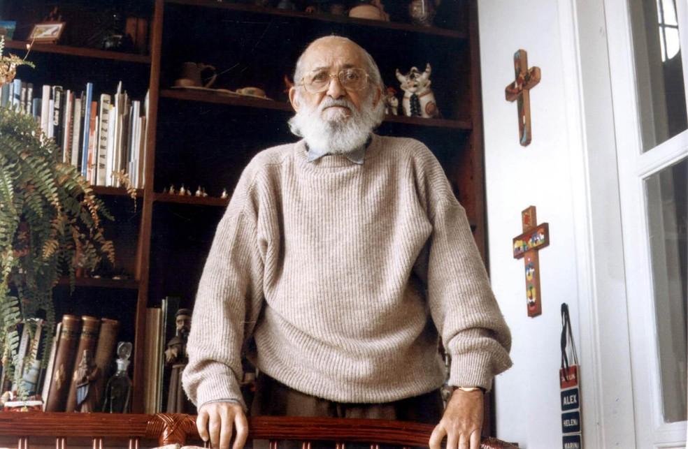 O educador e filósofo Paulo Freire posa para foto durante entrevista concedida para o Grupo Estado em SP, em 1993. — Foto: Clovis Cranchi/Estadão Conteúdo/Arquivo
