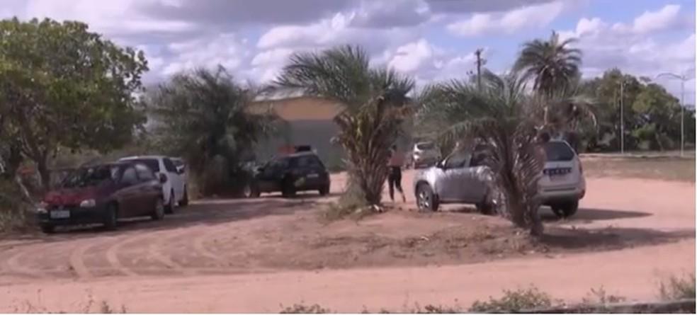 Corpo foi encontrado em matagal dentro do campus da Uefs em Feira de Santana — Foto: Reprodução/ TV Subaé