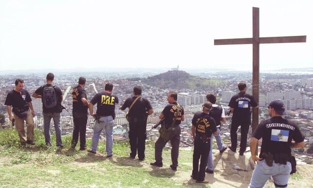 Policiais no Complexo do Alemão durante operação para prender Elias Maluco