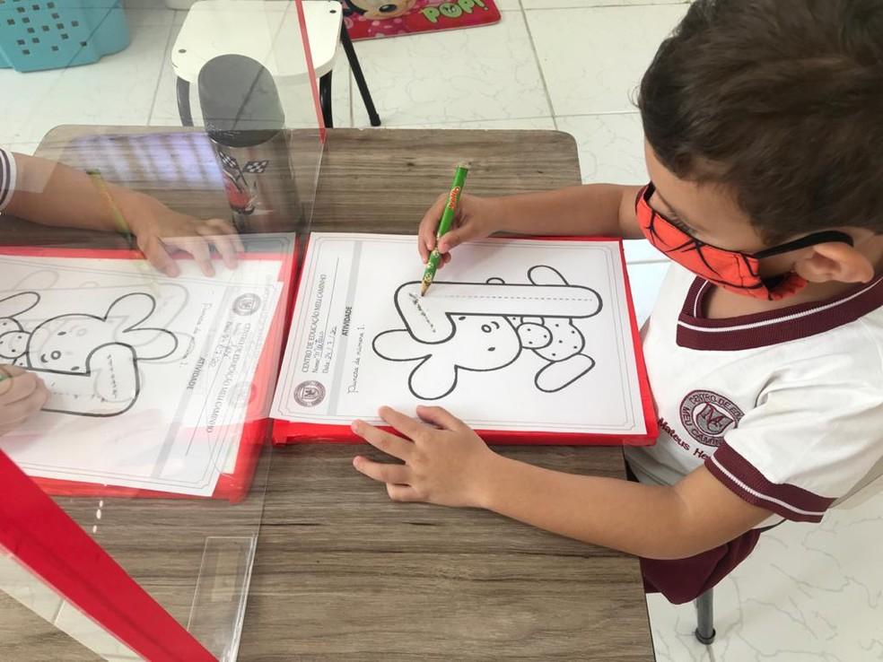 Em Manaus, a volta às aulas presenciais começou em algumas escolas particulares em 6 de julho. Luciany Fernandes, mãe de um menino de 3 anos, precisou mandar o filho de 3 anos para a escolinha porque também voltou a trabalhar presencialmente, como gerente administrativa.  — Foto: Arquivo Pessoal