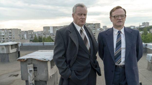 O vice-presidente soviético Boris Shcherbina (interpretado na série por Stellan Skarsgård, à esq.) foi forçado a escolher entre a versão do Estado e os fatos (Foto: Divulgação/HBO)