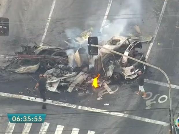 Caminhão queimado na Avenida do Estado, em Santo André (Foto: TV Globo/Reprodução)