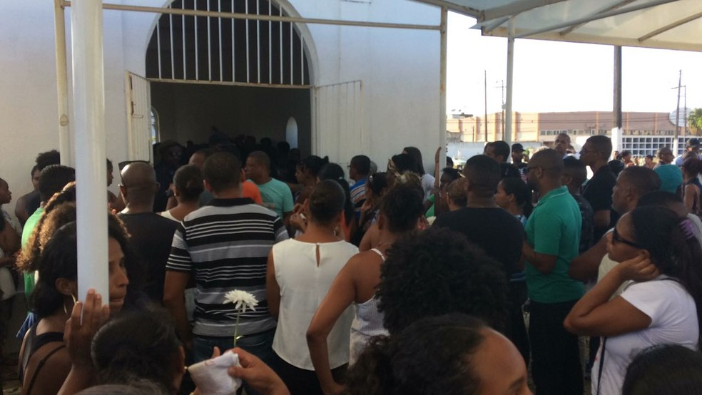 Enterro das vítimas da tragédia ocorreu nesta quarta, no Cemitério Municipal de Brotas (Foto: Maiana Belo/ G1)